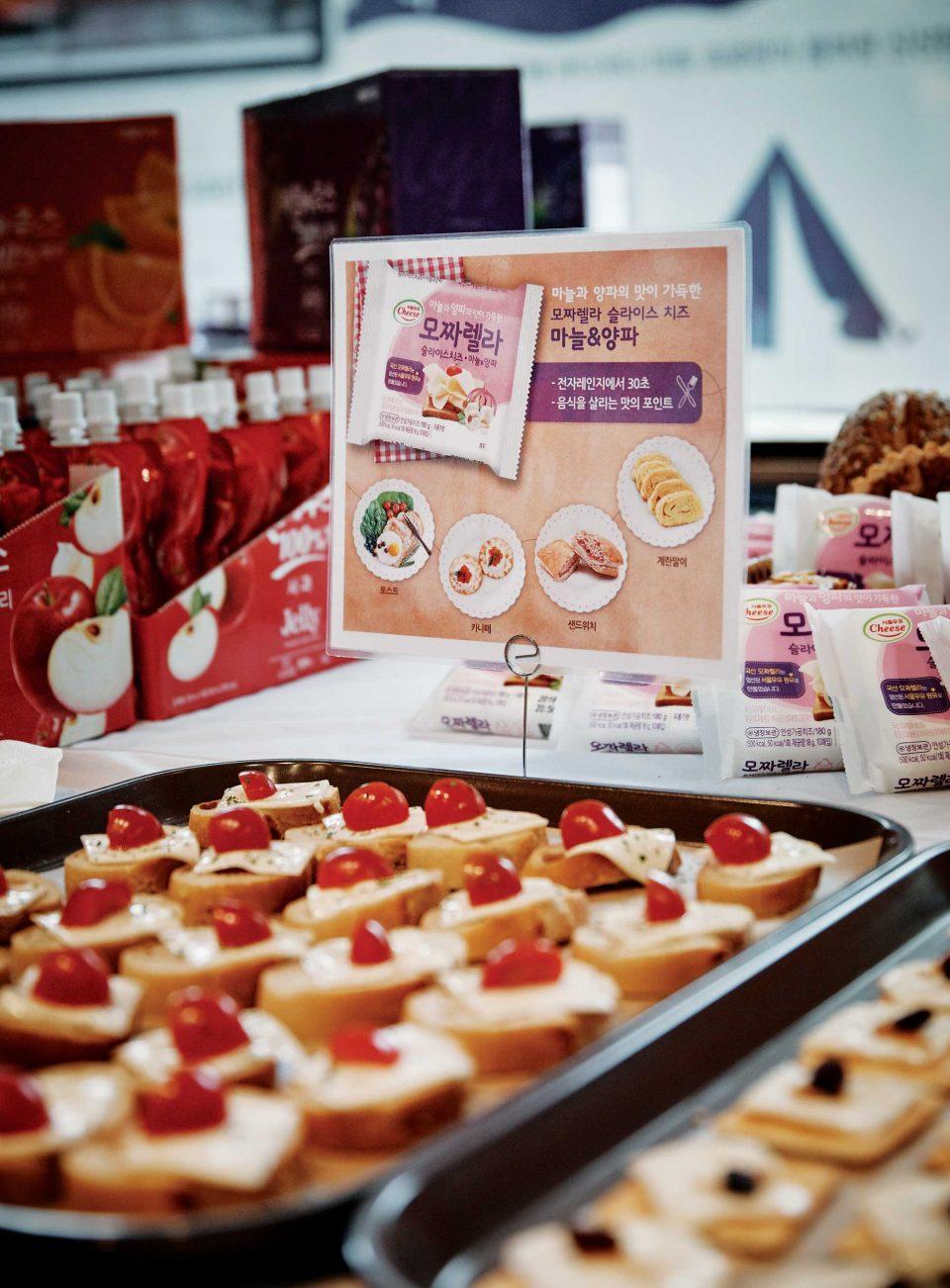 서울우유협동조합 부스에서 신제품인 아침에주스 100% 젤리, 모짜렐라 슬라이스 치즈 마늘&양파 등을 무료로 맛볼 수 있었다. © 양성모