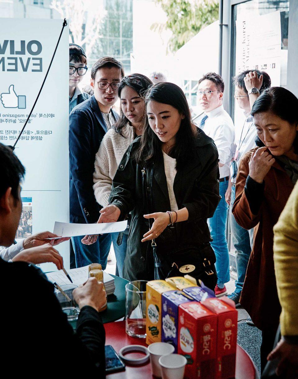 푸드 마켓 입구에서는 SNS 이벤트 참가자에게 샘표 연두, 쏠라씨 등의 제품을 증정했다. © 양성모