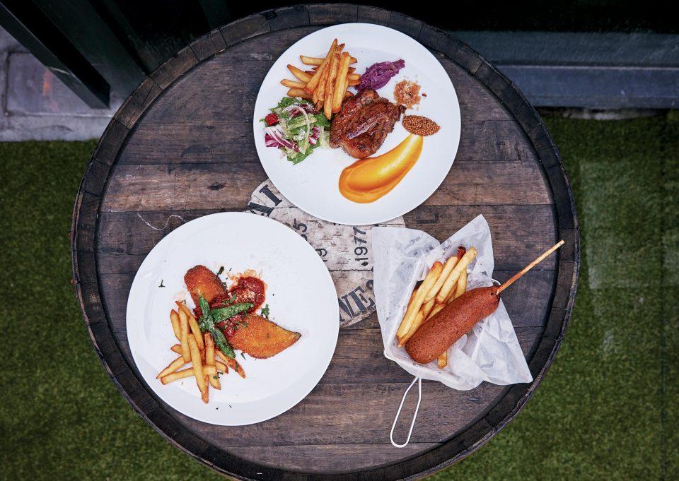 이베리코돼지고기스테이크, 가지튀김, 스틱핫도그 © 양성모