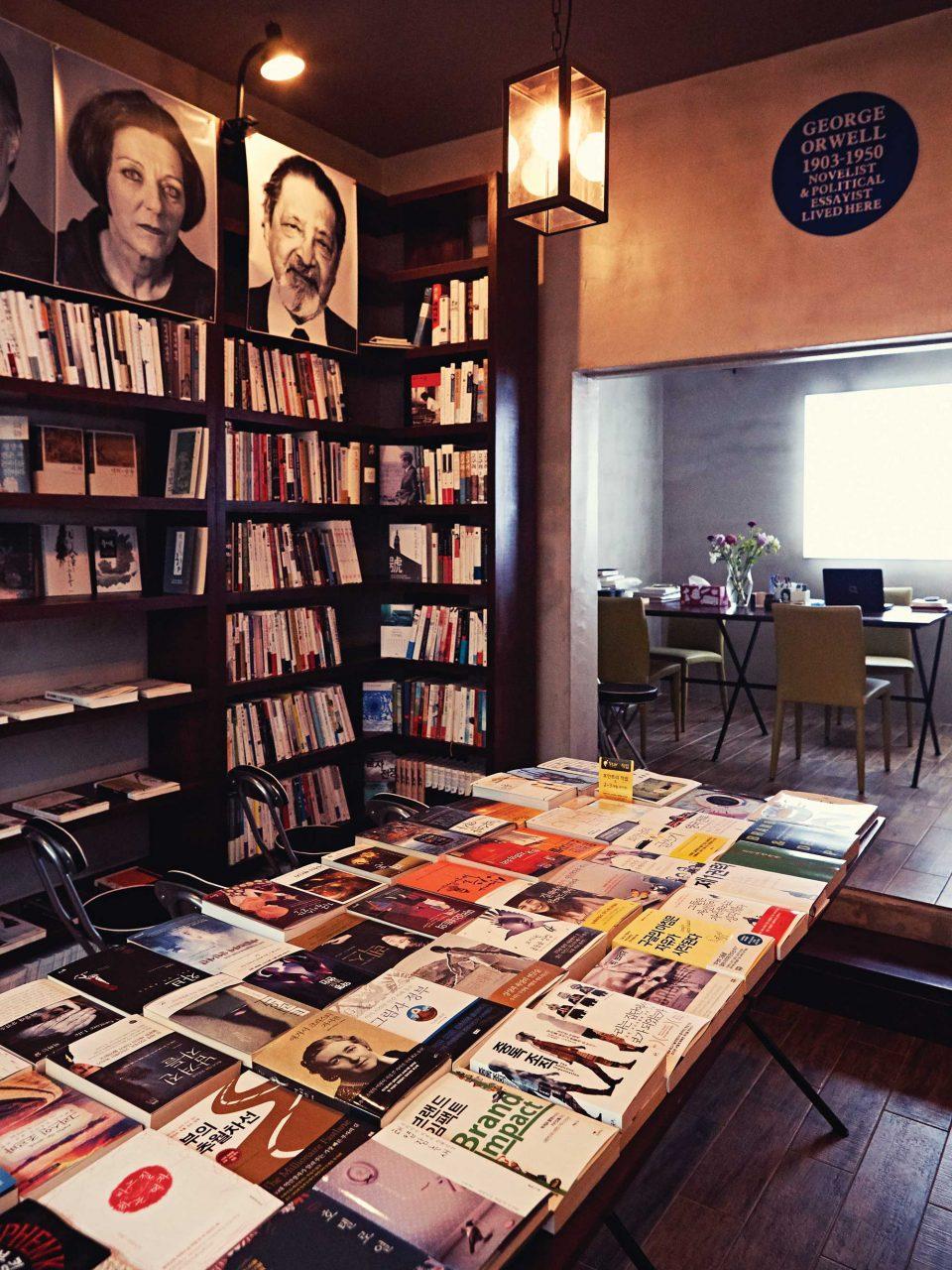 인문학 서점 조지오웰의 혜안. 꽂힌 책들을 둘러보자면 독서욕이 샘솟는다. © 김재욱
