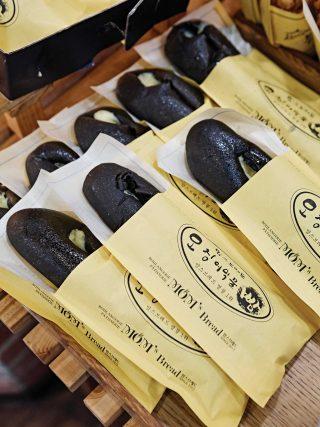 전주에만 있는 맛있는 빵집을 찾고 싶다면 맘스브레드에 들러야한다. 오징어먹물빵과 튀김소보로가 가장 많이 팔린다. © 김재욱