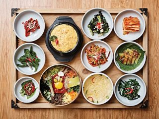 가족회관의 전주비빔밥은 재료의 색을 선명하게 살려 담아내는 것이 특징이다. © 김재욱