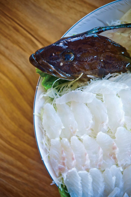 최고급 생선 다금바리는 버리는 부위가 없다. 살은 물론이고 볼살, 입술, 간, 껍질 등도 회로 먹으며 뼈를 고아 맑은탕이나 된장을 넣은 국으로 먹으면 별미 중의 별미다.