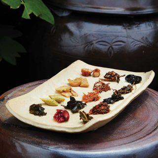 슬로시티약초밥상에서는 36가지의 장아찌를 뷔페식으로 즐길 수 있다. 비빔밥과 함께 쌀밥도 먹을만큼 떠서 맛 볼 수 있다.