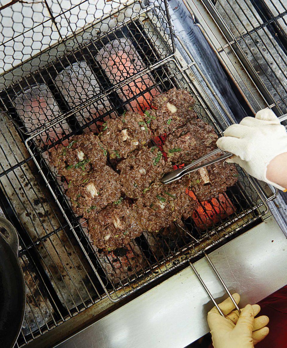 먹기 좋게 직화로 구워져 나오는 덕인관의 떡갈비. 자리에서 한 번 더 따뜻하게 구워 먹으면 된다. © 양우성