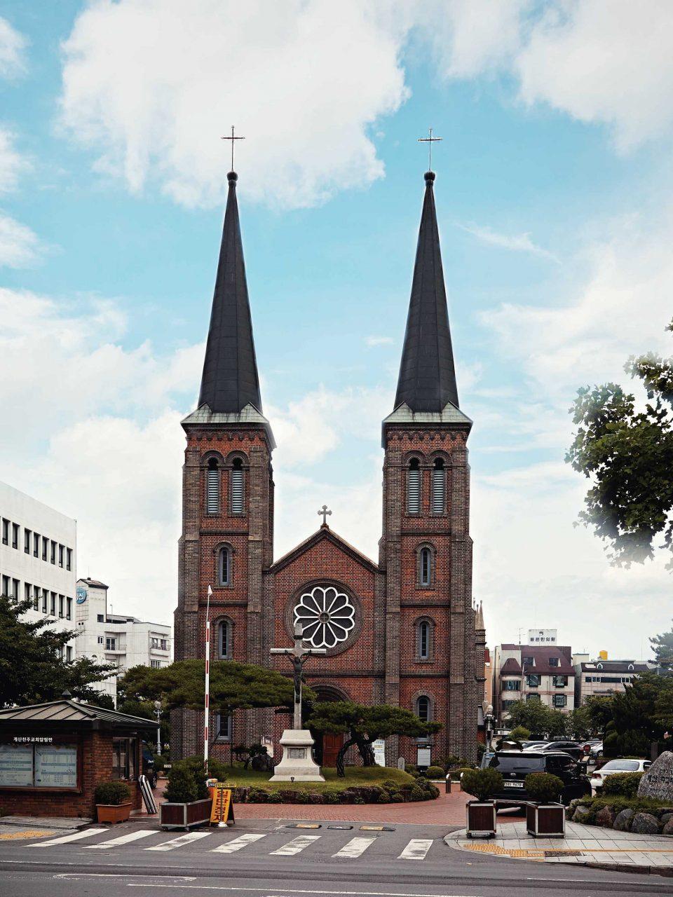 100년 넘는 역사를 지니고 있는 계산성당은 프랑스 선교사가 지은 성당으로 대구·경북 지역 가톨릭의 중심지다.