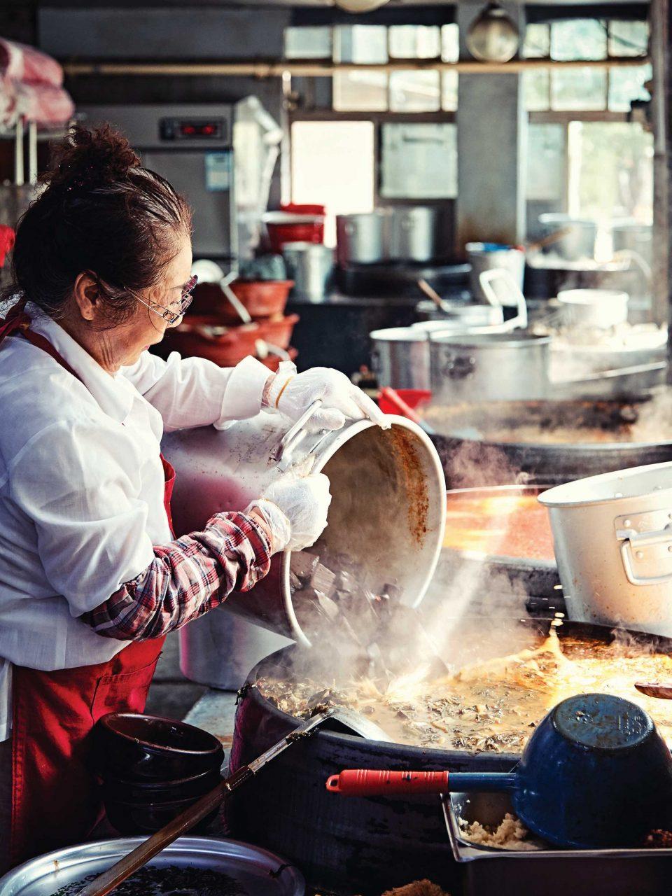 대덕식당의 선짓국에는 24시간 푹 끓인 사골 육수가 들어간다. 대덕식당이 365일 24시간 하루도 쉬지 않는 이유다.