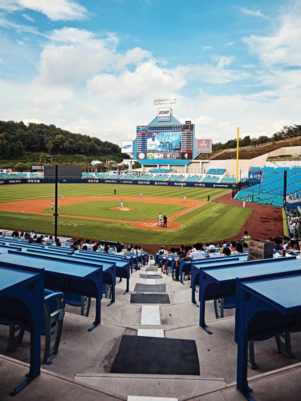 삼성라이온즈를 상징하는 파란색을 메인 컬러로 경기장을 지었다. 야구장의 파란테이블과 파란 하늘, 초록 잔디가 조화롭다.