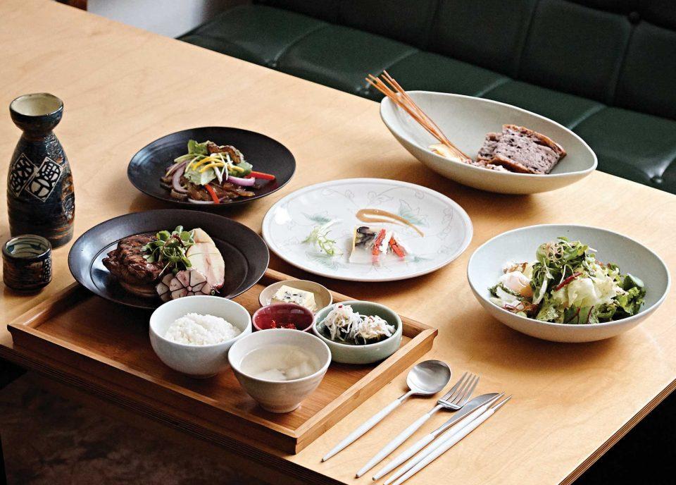 한식소스에 서양의 조리법이 적절히 합쳐진 더반의 요리. 모든 음식은 광주요 그릇에 담아 나와 정갈하고 고급스럽다.