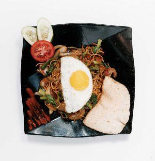꾸루뿍에 올려 먹는 인도네시아식 볶음면 미고렝.