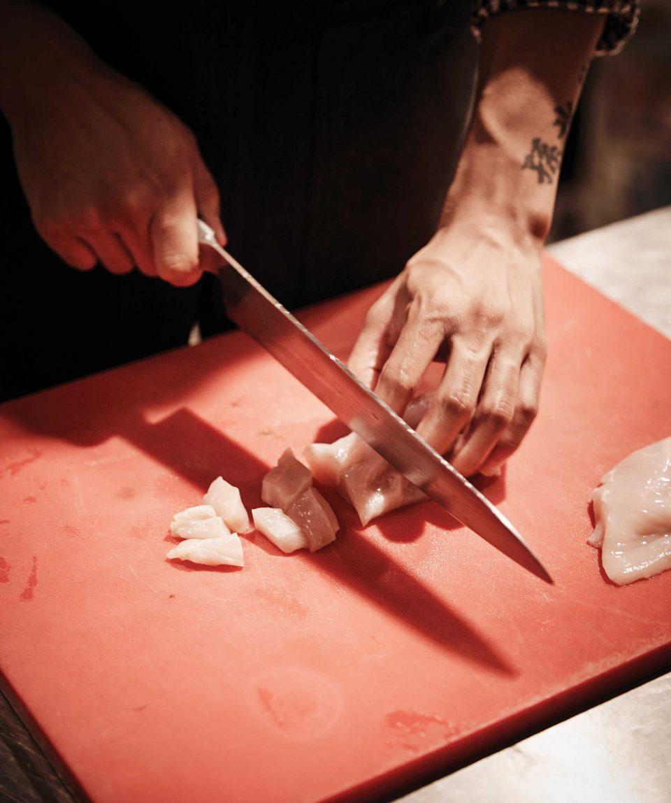 칼 잡는 것만 봐도 요리에 숙달된 사람인지 아닌지 알 수 있다. 손민호의 칼솜씨는 수준급이다.