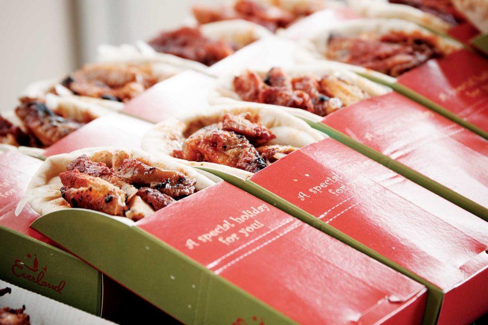 선정된 메뉴 중 하나인 피타브레드와 레드치킨은 빵에 치킨과 양파, 소스를 넣어 싸먹으면 더욱 맛있다.