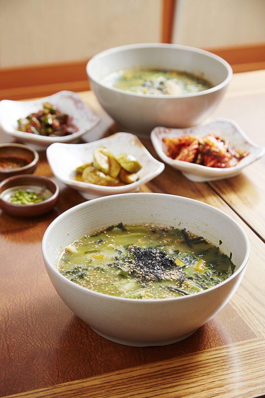 태양식당의 따개비 칼국수는 걸쭉하면서 진한 국물 맛이 일품이다.