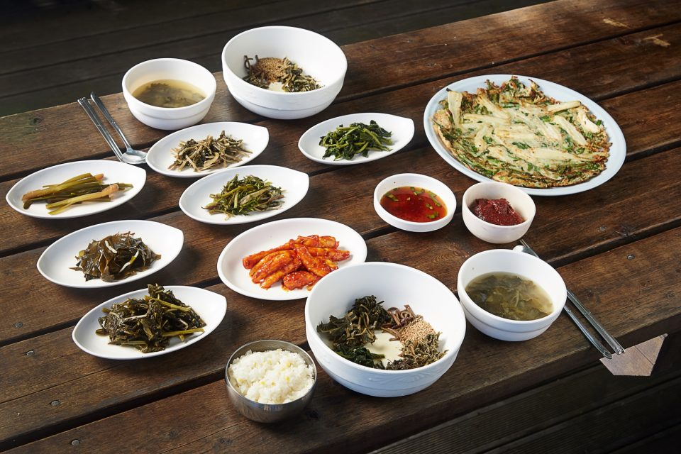 나리촌식당에서 산채비빔밥을 시키면 울릉도산 산나물을 푸짐하게 즐길 수 있다. 더덕전의 더덕은 주인이 직접 재배한 것으로 맛과 향이 깊다.