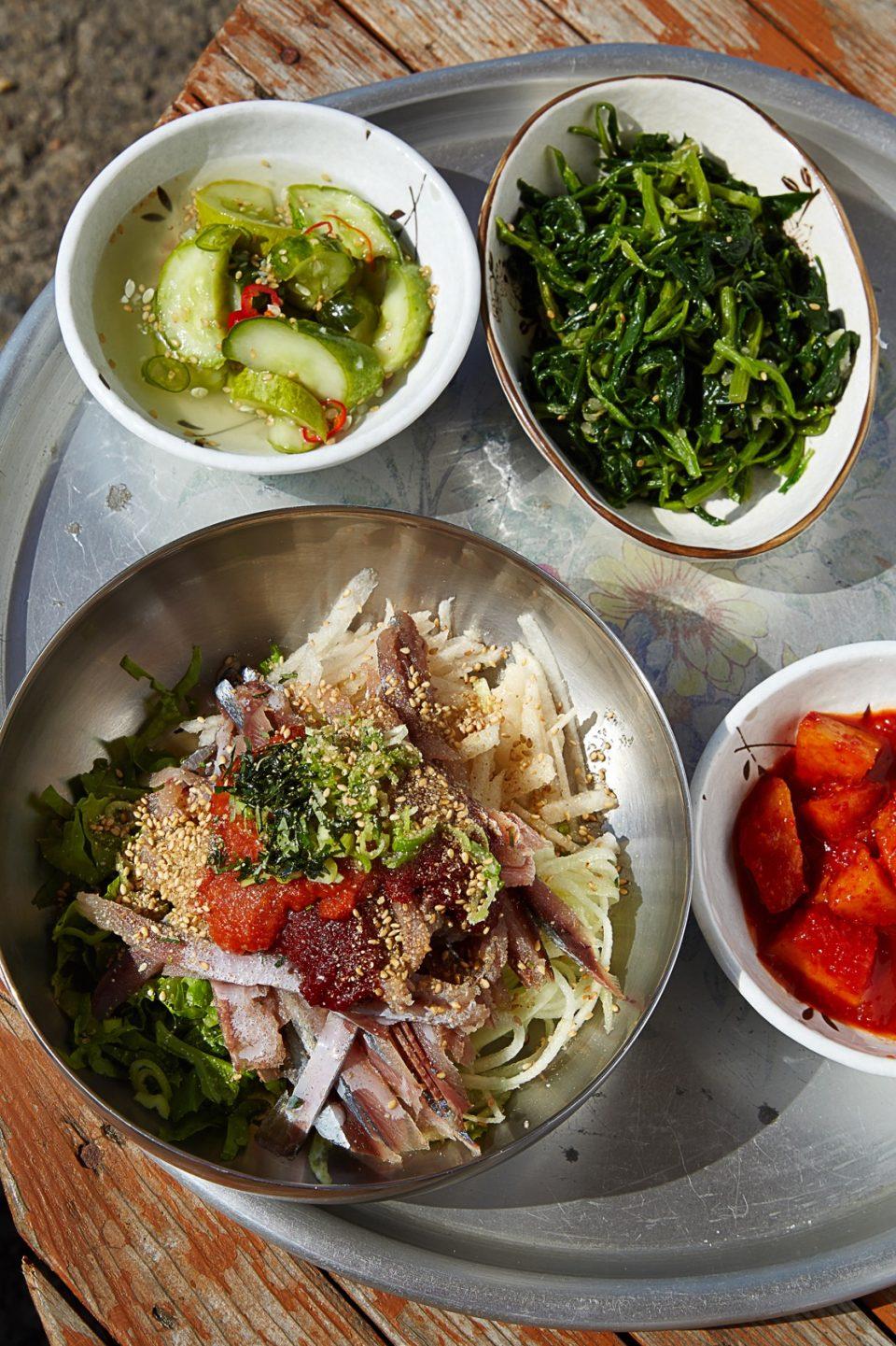 만광식당의 꽁치물회. 된장과 산초 가루를 넣어 꽁치의 비린 맛을 잡았다. 해산물이 싱싱한 울릉도에서만 먹을 수 있는 별미다.