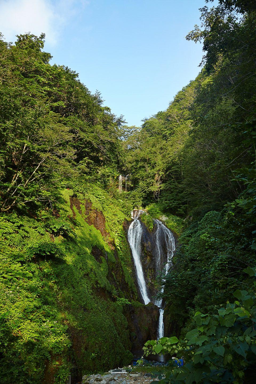 울릉도 봉래폭포는 낙차가 약 30m에 이르는 3단 폭포다. 가을에는 주변이 온통 단풍으로 물들어 장관이다.