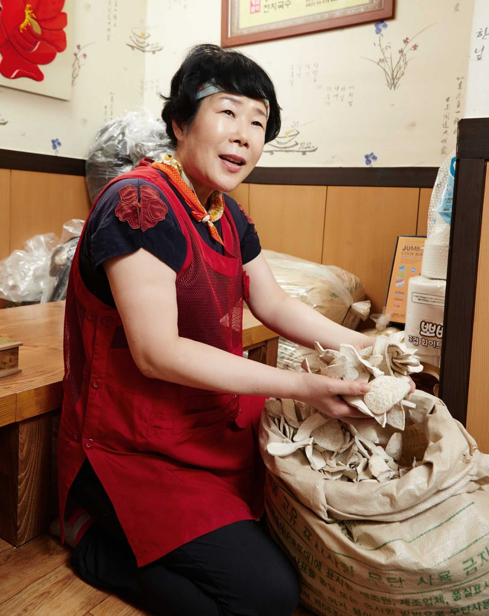 직접 농사지은 고구마를 말려 빼떼기죽을 만드는 통영 빼떼기죽의 박정숙 사장.