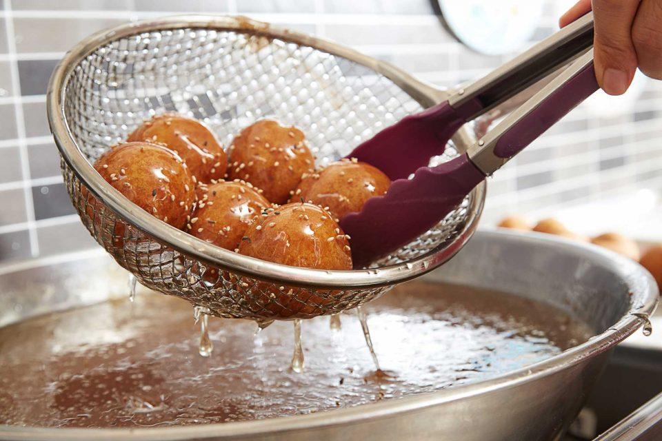 통영의 대표 주전부리인 꿀빵은 팥을 비롯 녹차, 유자 등 다양한 맛이 있다.