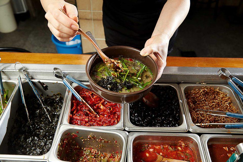 시락국에는 부추무침, 김무침, 청양고추, 후춧가루를 듬뿍 올려 먹어야 맛있다.