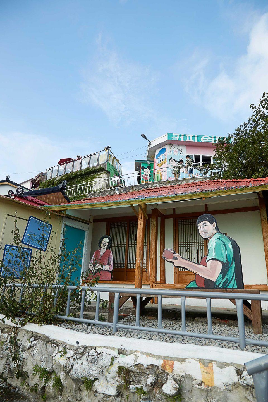 젊은 예술가들에 의해 다시 태어난 동피랑. 마을이 예뻐 촬영지로 많이 이용된다.