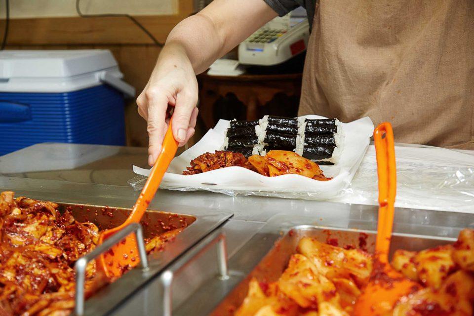 뱃사람들이 오래 두고 먹을 수 있도록 김밥과 반찬을 따로 만든 것이 충무김밥의 시작이다.