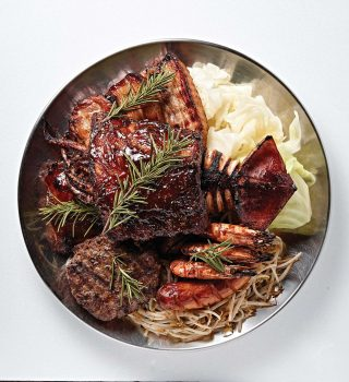 고기부터 해산물 채소가 한 접시에 담긴 효 모듬바베큐.
