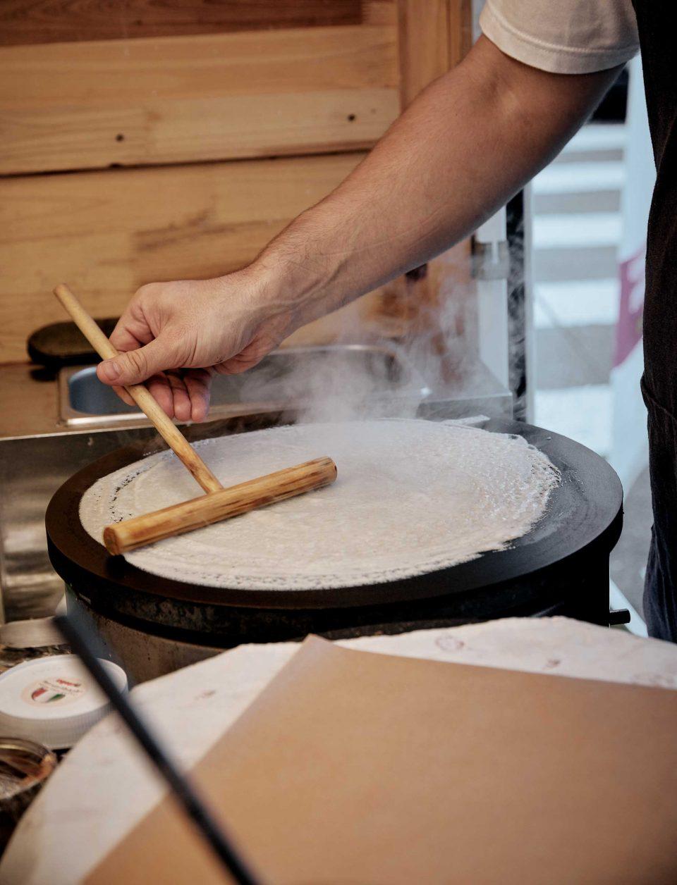 주문 즉시 크레페를 굽는다. © 양성모