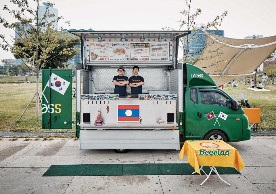 라오푸드트럭을 함께 운영하는 동갑내기 친구 이휘원(왼쪽)과 오성학. © 양성모