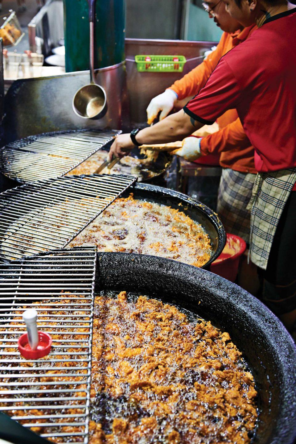 신포국제시장에 들어서면 닭 튀기는 고소한 냄새가 물씬 난다. 커다란 가마솥에서 닭이 튀겨지는 모습.
