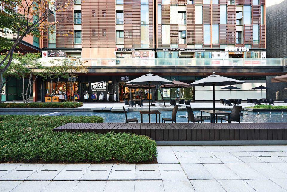 중앙의 인공 수로와 함께 양옆에는 숍과 레스토랑이 줄지어 있는 NC큐브 커넬워크의 모습. 식사와 쇼핑, 휴식을 함께 할 수 있다.