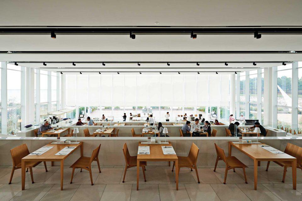 네스트호텔의 플라츠 레스토랑은 계단식 구조로 설계되어 어디 앉아도 서해의 풍광이 잘 보인다.