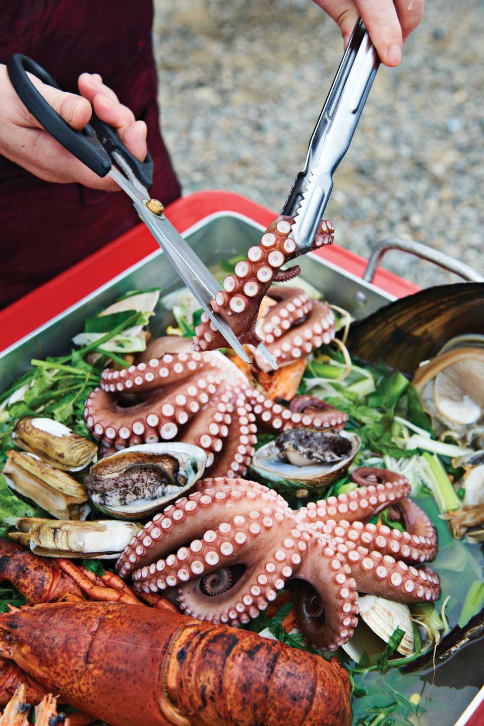 을왕리해수욕장 근처에는 조개구이집이 즐비하다. 여인천하조개구이에서 이 계절에 추천하는 메뉴는 문어찜이다.