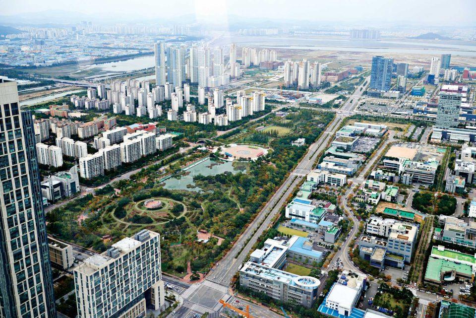 오크우드 프리미어 인천의 65층에서 바라본 송도의 전경. 도시 중앙을 가로지르는 센트럴파크가 보인다.