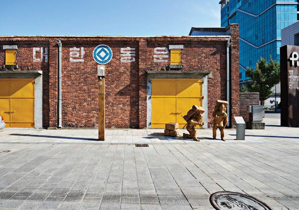 근대 시절 항구에서 쓰던 창고가 복합 문화예술 공간으로 재탄생된 인천아트플랫폼. 작가들의 작업 공간으로 사용되고 있다.