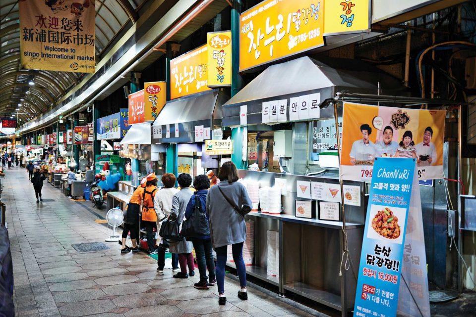 신포국제시장에 들어서면 원조라고 자부하는 많은 닭강정 전문점을 만날 수 있다.