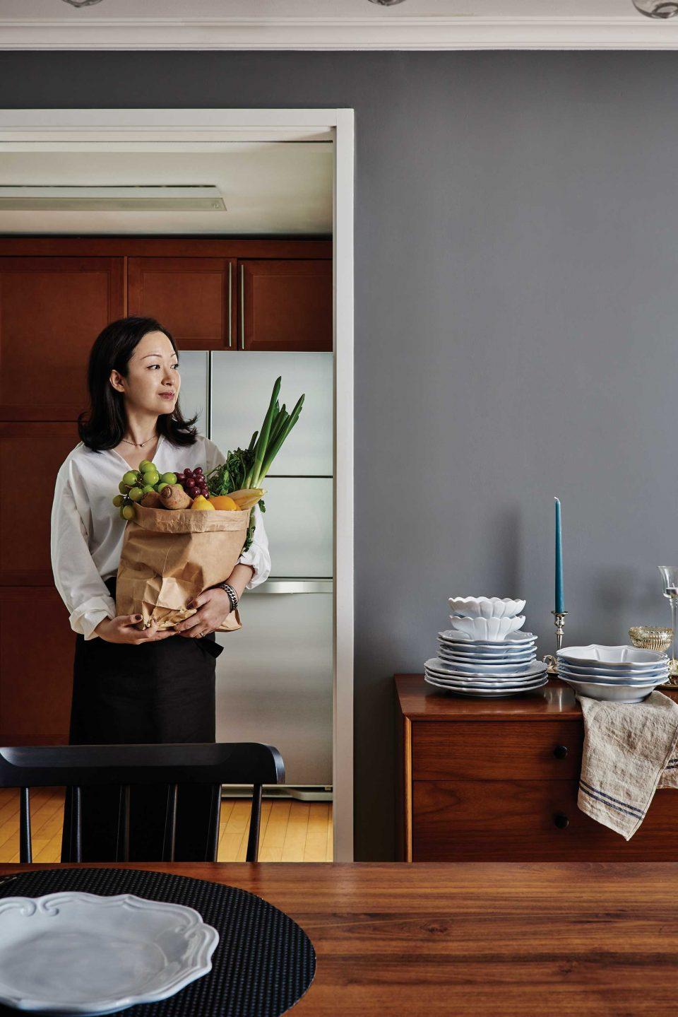 요리를 준비하는 과정도 즐겁다고 말하는윤원정 이사. 완성될 음식을 상상하며 장보는 것을 좋아한다.