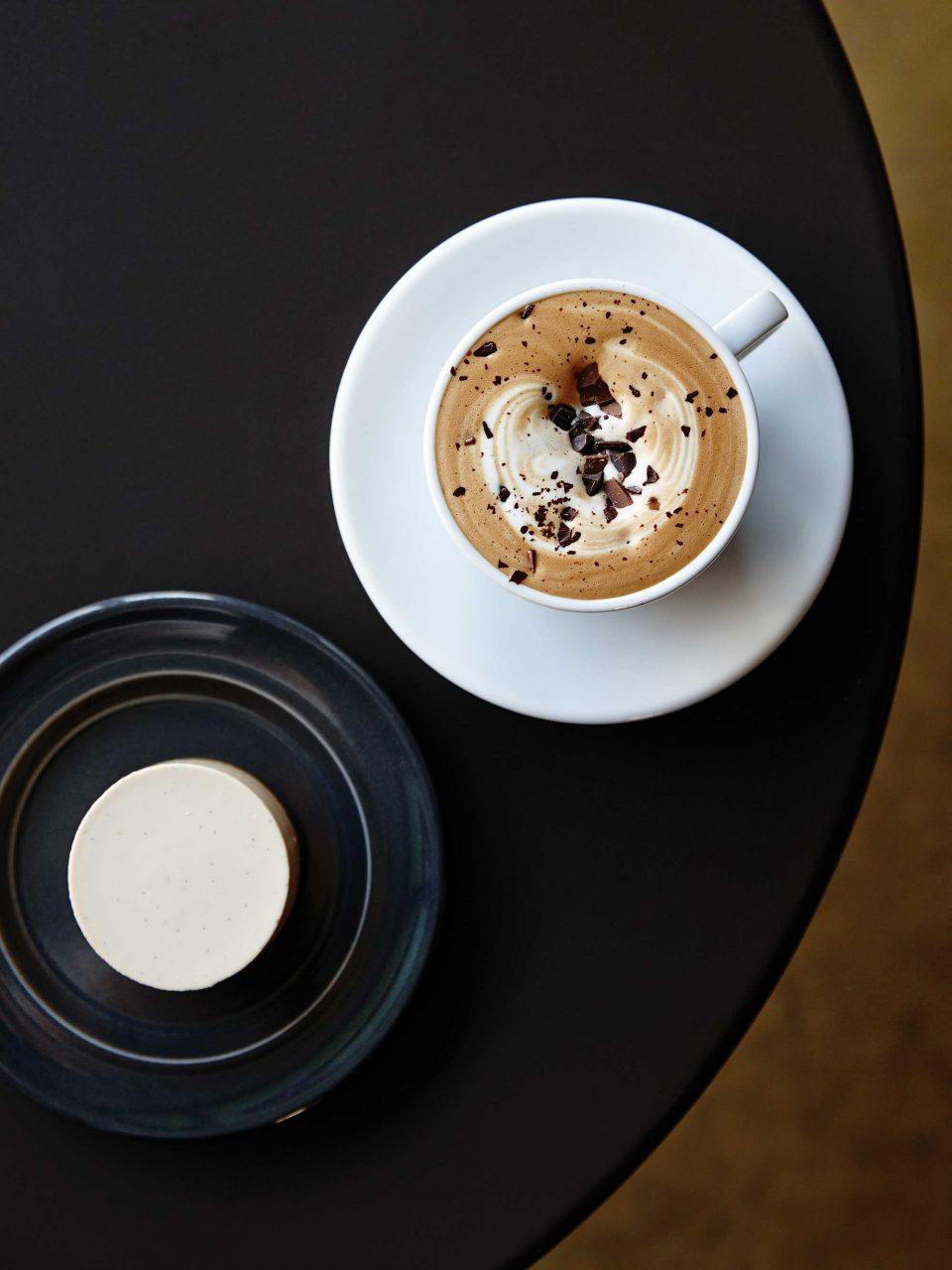 브라이언스 커피의 인기 메뉴인 발로나플랫화이트와 치즈케익. 모두 자체 개발한 메뉴로 특히 치즈케익은 외국에서 공수한 스타터를 넣어 9시간 이상 발효시킨 요구르트를 사용한다.