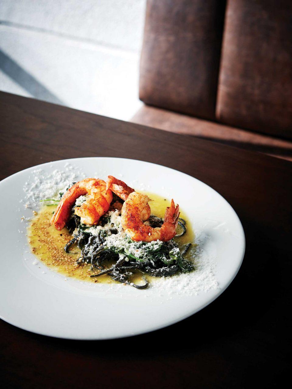 먹물 링귀네 생면에 안면도에서 공수해온 붉은 새우와 참나물을 곁들이고 마늘, 들기름, 버터로 맛을 냈다.