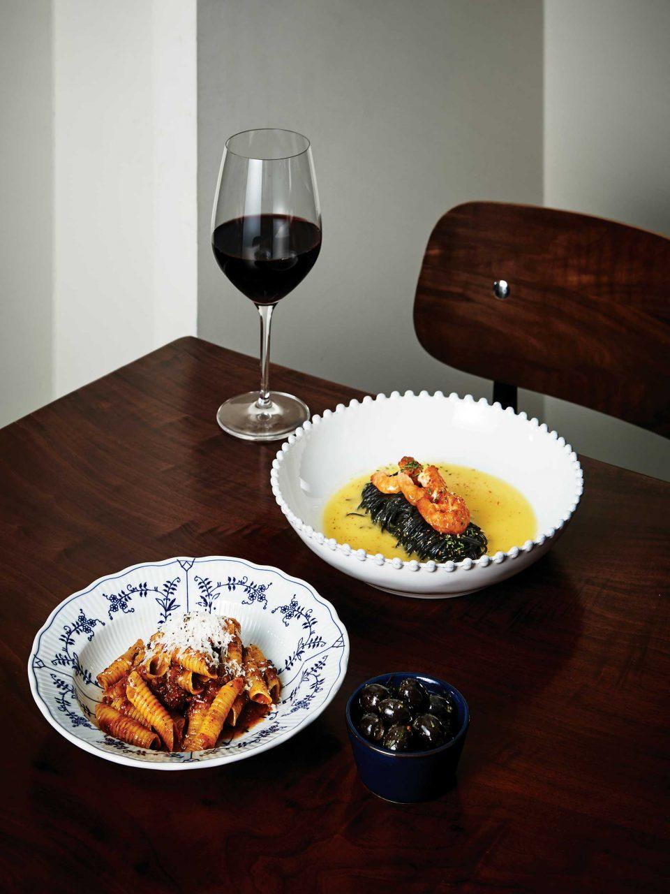 고소한 마늘버터소스의 오징어 먹물 카펠리니와 깊고 진한 고기 맛의 볼로네제소스의 가르가넬리. 두 메뉴 모두 매장에서 직접 만든 생면으로 만든 파스타다.