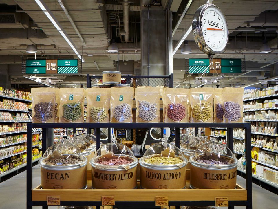 라즈베리·망고·블루베리·멜론·그릭 요거트 아몬드 등 다양한 종류의 아몬드. PK 마켓은 각 식품군별로 다양한 종류를 갖춰 소비자들의 선택의 폭을 넓혔다.
