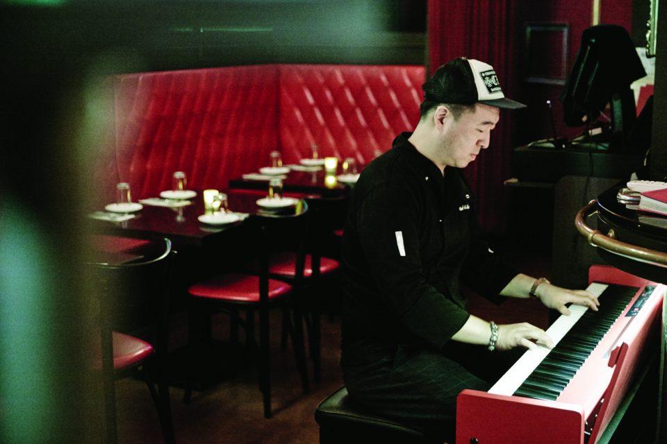 손님이 모두 나가자 슬며시 피아노 앞에 앉아 연주를 시작한 이종서 셰프.