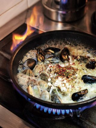 마레파스타는 조개육수를 더해 깊고 시원한 맛이 특징이다.