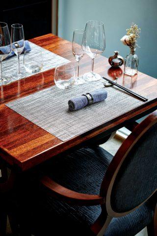 차분한 느낌의 테이블 세팅.