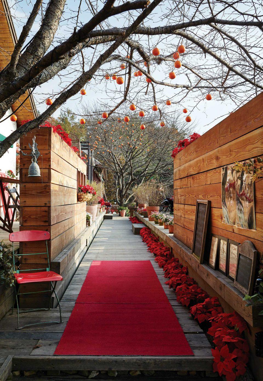 사람들이 지나다니는 곳곳에 크리스마스와 연말 분위기가 나도록 꾸며둔 라뜰리에 김가.