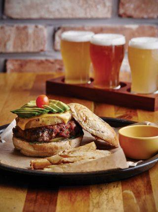 재미있는 메뉴명의 독특하고 기발한 수제 버거를 만날 수 있는 라모스버거. 다양한 맥주를 맛 볼수 있는 맥주 샘플러는 버거와 잘어울린다.