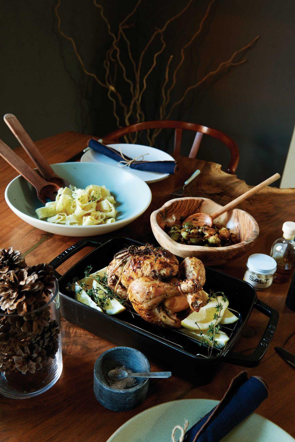 크리스마스 분위기를 한껏 달아오르게 할 메뉴 3가지. 화이트트러플을 사용한 파스타, 방울양배추와 이베리코 햄으로 풍미를 준 따뜻한 샐러드, 그리고 라꼬르뉴 오븐을 사용해 겉은 바삭하면서도 속은 부드러워 가장 만족스러워했던 로스트치킨.
