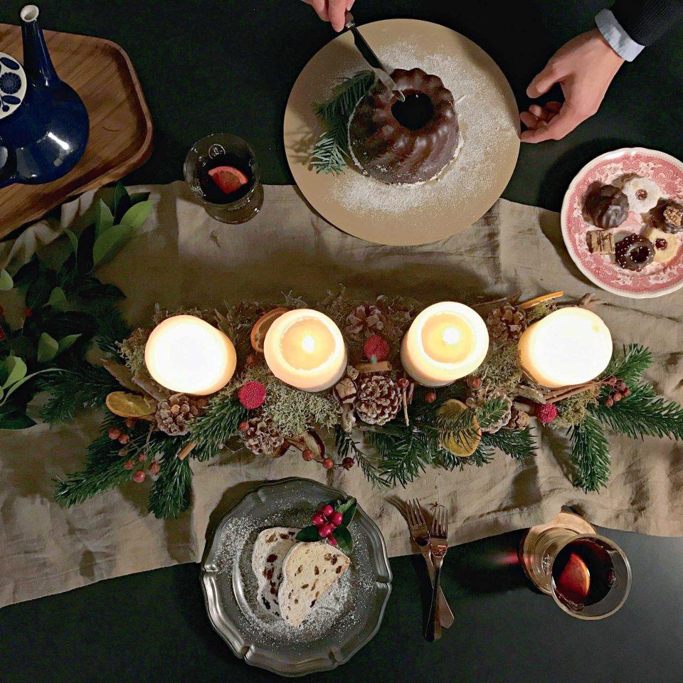 테이블의 센터피스가 되는 아드벤트크란츠는 전나무, 나무열매, 시나몬스틱, 솔방울, 말린 오렌지를 사용해 만들었다.