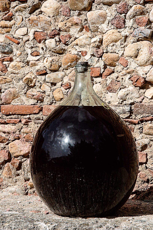 페르피냥이 특산품인 뱅 뒤 나튀렐은 커다란 호리병 모양의 담 존느 병에 담겨 1~2년간 산화돼 독특한 풍미를 갖는다.