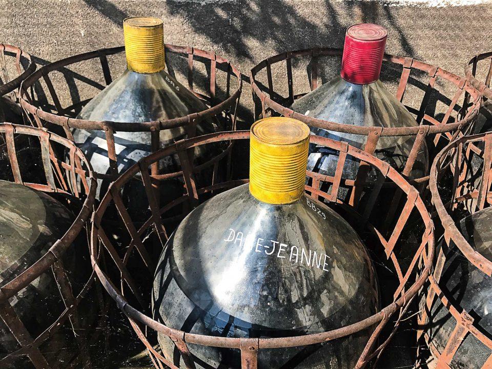 이 지역의 와이너리에서는 어떤 곳을 방문해도 뱅 뒤 나튀렐용 담 존느 병을 집집마다 내놓고 있는 풍경을 보게 된다.