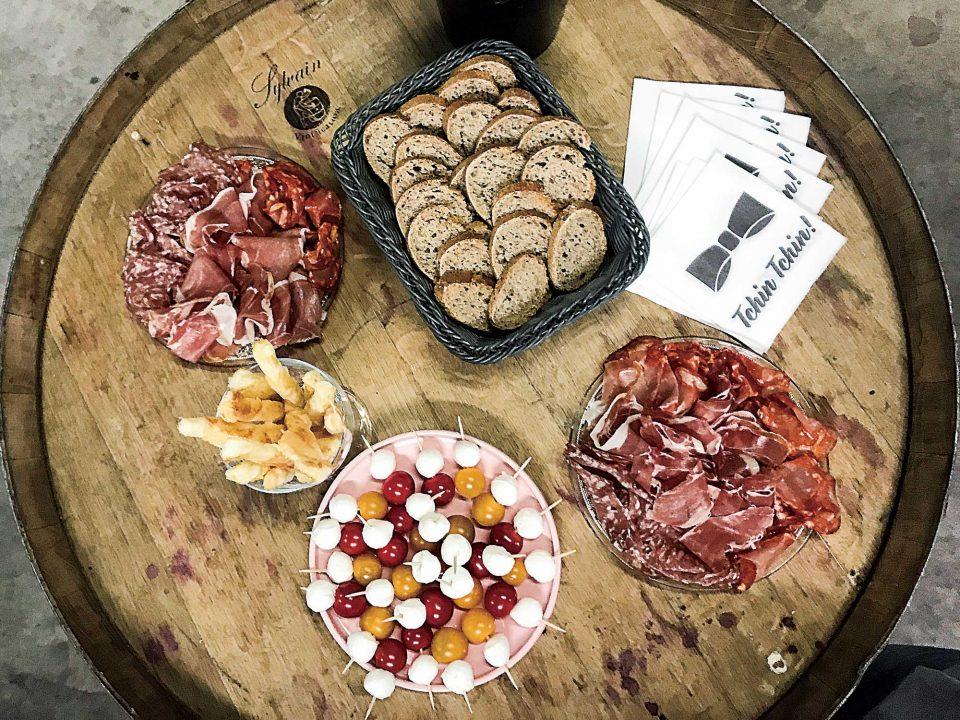 어떤 음식에도 잘 어울리는 청량하고 신선한 이 지역 와인은 짭짤한 육가공품, 올리브, 치즈와 최고의 궁합을 이룬다.